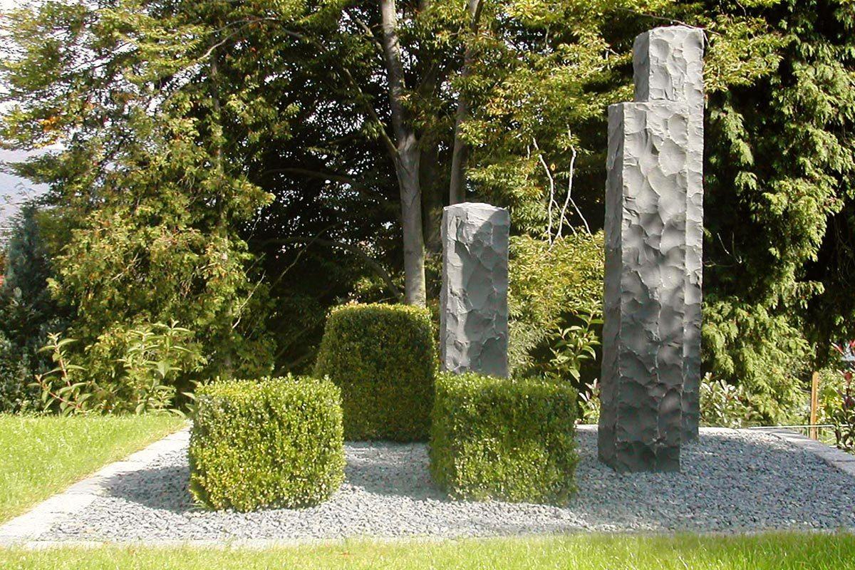 Garten mit Steinsäule
