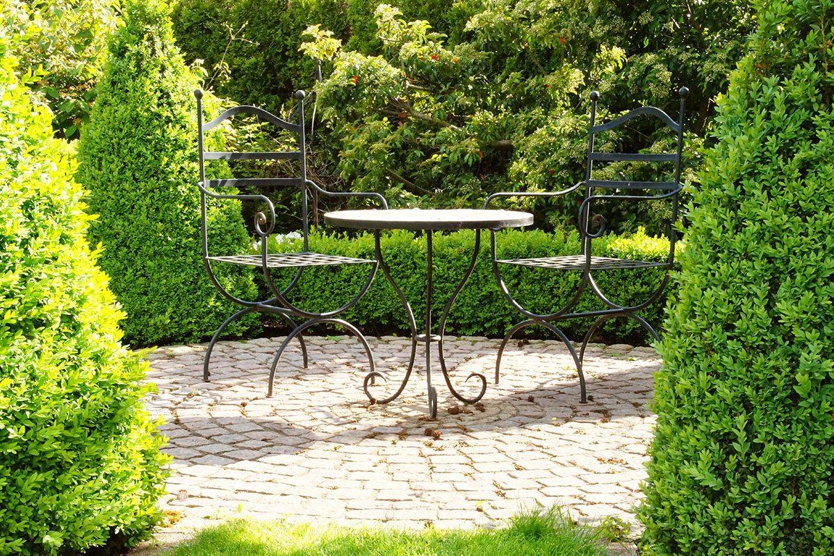 Stühle mit Tisch im Garten